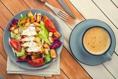 ensalada de pollo fresca con la taza de café azul Foto de archivo libre de regalías