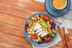 ensalada de pollo fresca con la taza de café azul Imágenes de archivo libres de regalías
