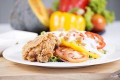 Ensalada de pollo frito Imagen de archivo libre de regalías