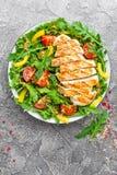 Ensalada de pollo Ensalada de la carne con el tomate fresco, la pimienta dulce, el arugula y el prendedero asado a la parrilla de Imagenes de archivo