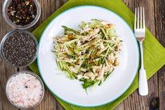 Ensalada de pollo, verduras frescas y semillas del chia Imagen de archivo