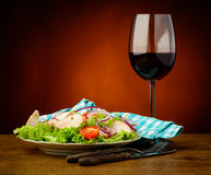 Ensalada de pollo y vino rojo Foto de archivo