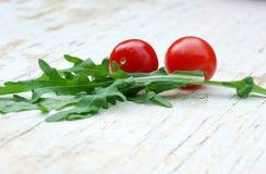 Ensalada de Rocket y tomates de cereza imágenes de archivo libres de regalías
