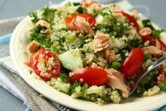 Ensalada de Tabbouleh con la quinoa y los salmones Fotografía de archivo libre de regalías