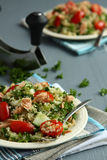 Ensalada de Tabbouleh con la quinoa y los salmones Imagenes de archivo