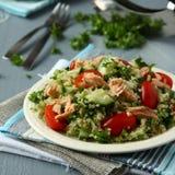 Ensalada de Tabbouleh con la quinoa y los salmones Fotografía de archivo