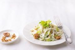 Ensalada de Waldorf tradicional con la preparación del apio, de la manzana, de la nuez y del yogur Imagenes de archivo