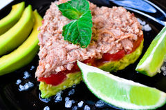 Ensalada del aguacate con los tomates y los pescados Foto de archivo libre de regalías