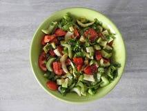 Ensalada del apio con el primer de las verduras frescas en una placa en la tabla foto de archivo libre de regalías