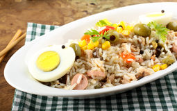 Ensalada del arroz con los huevos, el maíz y las aceitunas Fotografía de archivo