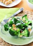 Ensalada del bróculi con la preparación del yogur Foto de archivo libre de regalías