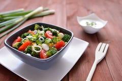 Ensalada del bróculi con los tomates, el maíz y la cebolla Fotografía de archivo libre de regalías