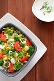 Ensalada del bróculi con los tomates, el maíz y la cebolla Foto de archivo