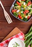 Ensalada del bróculi con los tomates, el maíz y la cebolla Foto de archivo libre de regalías