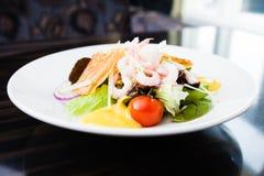 Ensalada del camarón con la salsa Imagen de archivo libre de regalías