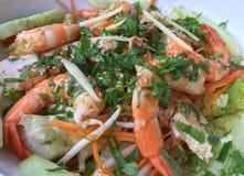 Ensalada del camarón con los pepinos, los brotes de haba y las cebollas verdes Fotos de archivo libres de regalías