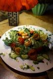 Ensalada del camarón en un restaurante acogedor en los Estados bálticos Letonia imagenes de archivo