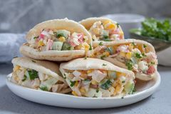 Ensalada del cangrejo en pan Pita Fotos de archivo libres de regalías