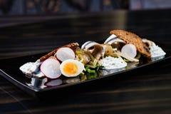 Ensalada del espadín con los huevos Imagen de archivo