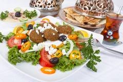 Ensalada del Falafel con Pita y Hummus Imagen de archivo libre de regalías