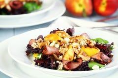 Ensalada del melocotón, de Queso Gorgonzola y del Pastrami Imagenes de archivo