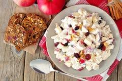 Ensalada del otoño con el pollo, manzanas, nueces, arándanos, arriba en la madera Imagen de archivo