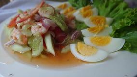 Ensalada del pepino con los camarones y el huevo hervido Imagen de archivo libre de regalías