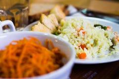 Ensalada del plato de la zanahoria y del arroz en la tabla Imagen de archivo