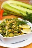 Ensalada del puerro con los guisantes y las habas verdes Imagen de archivo