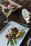 Ensalada del pulpo con pan y vino. Imagen de archivo libre de regalías