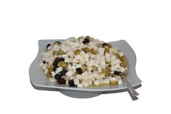 Ensalada del queso, de las aceitunas y de las aceitunas con aceite de oliva en una placa Imagen de archivo libre de regalías