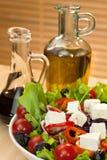 Ensalada del queso de queso Feta, aceite de oliva y vinagre balsámico Imagen de archivo
