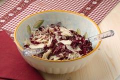 Ensalada del Radicchio, nueces, peras y parmesano formado escamas Fotografía de archivo