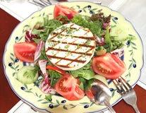 Ensalada del tomate, arugula, aceitunas, pepinos, pimienta y tostado Imagen de archivo libre de regalías