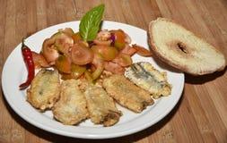 Ensalada del tomate y anchoas fritas fotografía de archivo