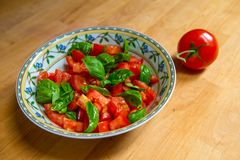 Ensalada del verano con el tomate y la albahaca Foto de archivo