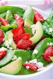 Ensalada del verano con la fresa, el aguacate y la espinaca Imagenes de archivo