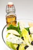 Ensalada deliciosa con aceite de oliva   Foto de archivo
