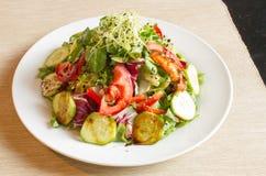 Ensalada deliciosa con las verduras frescas Fotos de archivo libres de regalías