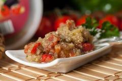 Ensalada deliciosa de la berenjena con pimientas y tomates de las cebollas Foto de archivo libre de regalías