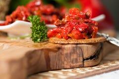 Ensalada deliciosa de la pimienta con las cebollas y los tomates Imágenes de archivo libres de regalías