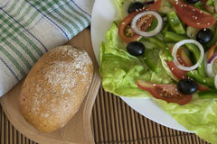 Ensalada dietética con las verduras crudas Imagen de archivo