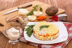 Ensalada e ingredientes de la mimosa para su cocinar en la tabla Fotografía de archivo libre de regalías