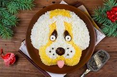 Ensalada en una forma de un perro divertido Imagen de archivo