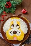 Ensalada en una forma de un perro divertido Imágenes de archivo libres de regalías