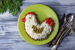 Ensalada festiva en la forma del pollo, símbolo de 2017 años Imágenes de archivo libres de regalías