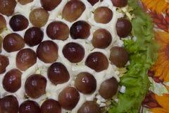 Ensalada festiva exquisita con las uvas - un plato hermoso fotografía de archivo