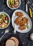 Ensalada formada una costra quinoa del pollo, vegetal, berenjena asada a la parrilla y pimienta - tabla de cena Punto negro foto de archivo libre de regalías
