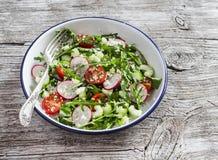 Ensalada fresca con cuscús, los tomates, el pepino, el rábano y el arugula imagenes de archivo