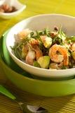 Ensalada fresca con el camarón y el aguacate imagen de archivo libre de regalías